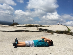 頂上で寝転がる息子
