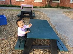 園庭で一人ピクニック中^^