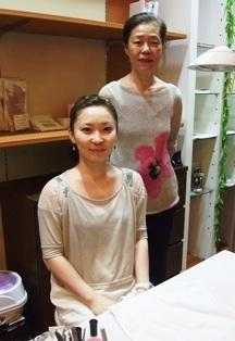 北村洋子さん(後)と和子さん(前)