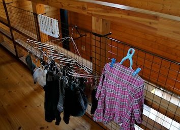 2階手すり洗濯物-1