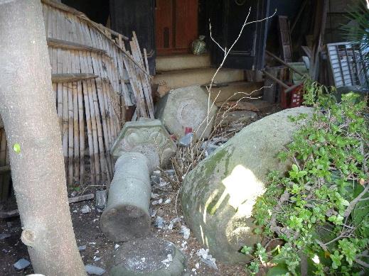 震災直後のお稲荷さんの隣の灯籠