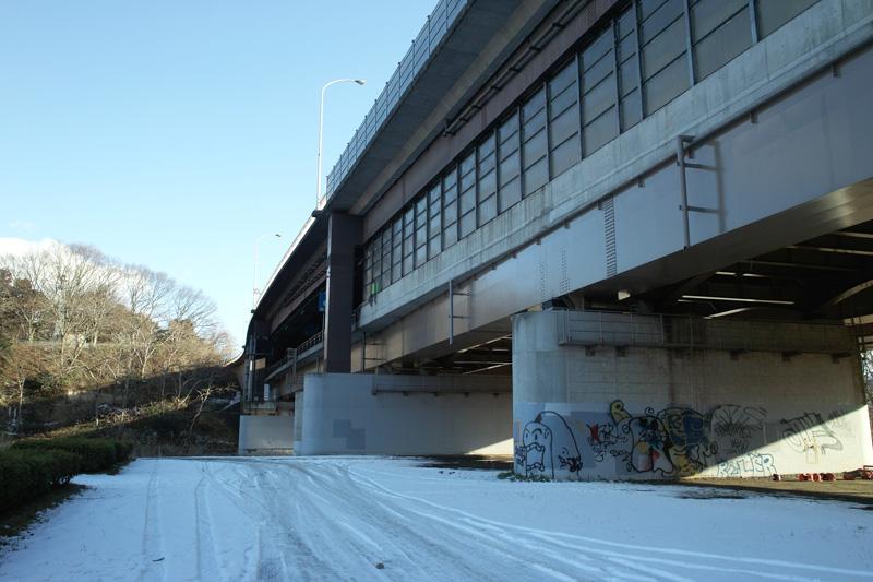 橋の下の雪