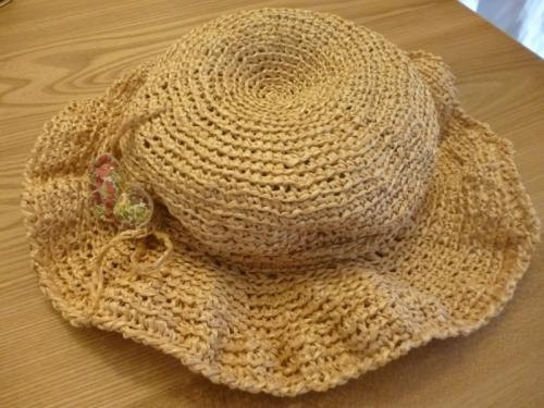 無料 手作り 麦わら帽子 ちょうちょの飾りを付けて