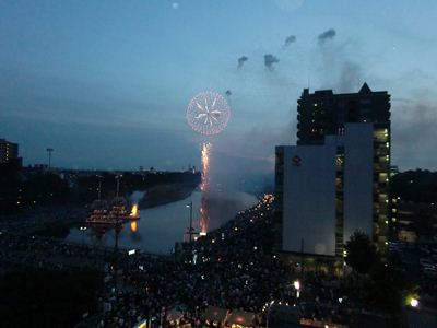 ビルの屋上から見る花火