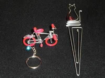自転車のキーホルダーと猫のしおり