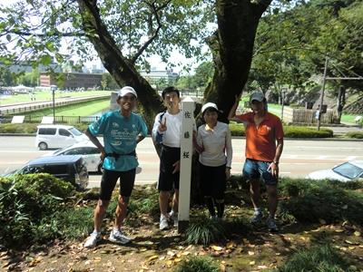 佐藤桜の前で記念撮影