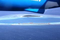 水上飛行機から滞在したリゾートをみる