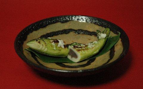 鮎の笹焼き・切断