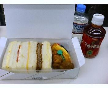 昼食・無料なのに立派なサンドイッチ弁当と紅茶