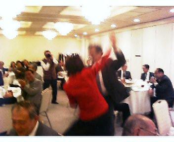 カラオケで踊る人