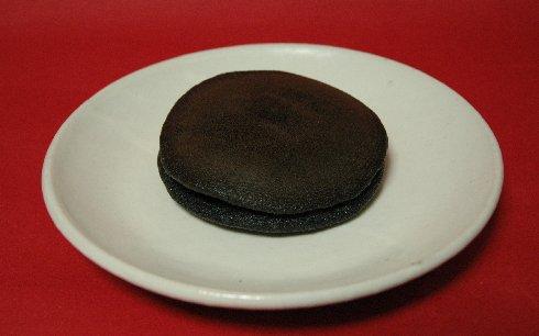 黒どら焼 on 粉引き皿