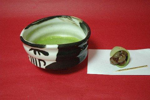 御所丸黒刷毛茶碗と抹茶&生菓子