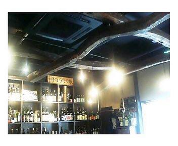 古材を使った天井と棚の酒類
