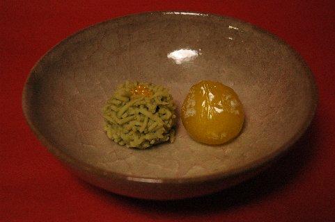 沢辺の蛍と水仙巌の花in米色青瓷