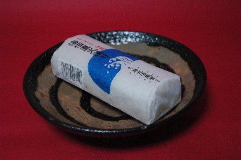 かまぼこon鉄釉独楽文皿