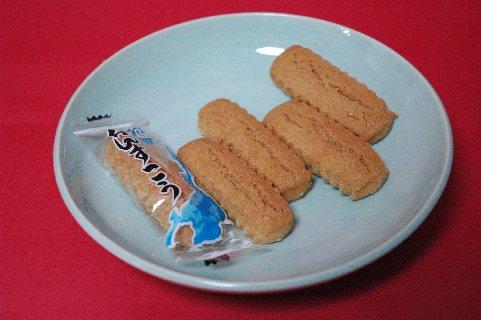 ちんすこうon青白磁皿