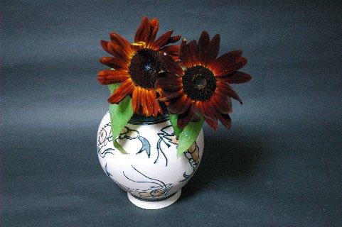 壷屋焼偏壷と花A