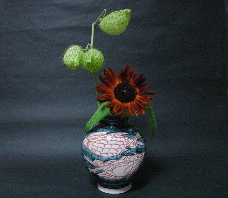 壷屋焼偏壺と花B