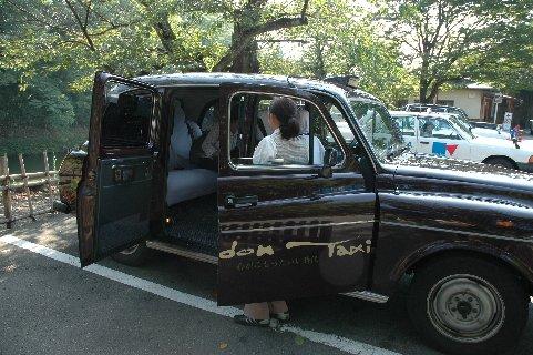 鶴ケ城から西若松までのロンドンタクシー