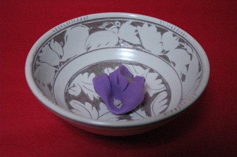 菓子は青野の桔梗、器は彫三島白花文鉢
