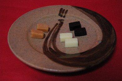 裸の生キャラメルon束熨斗文皿