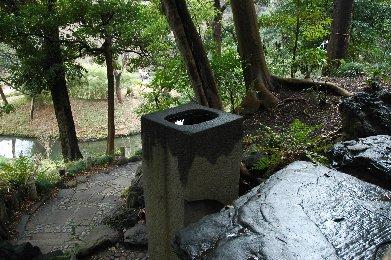 愛宕坂を登ったところにある立手水