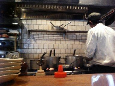 カウンター前から見た厨房