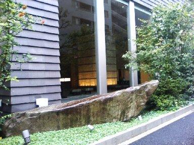 庭のホテル フロントを外から覗く