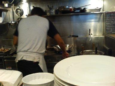 厨房を一人で切り盛り