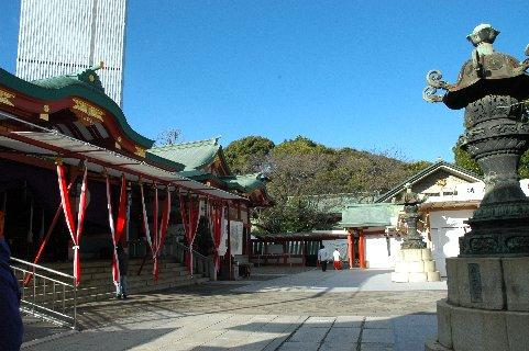 社殿を左に見た、境内