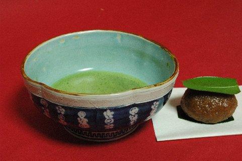 祥端丸紋梅鉢内青磁沓茶碗写し
