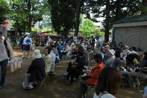 盆栽四季の家の裏の広場で休憩する人々