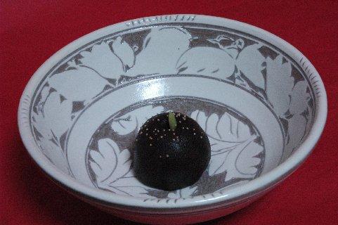 黒梨 in 白花文掻き落し鉢