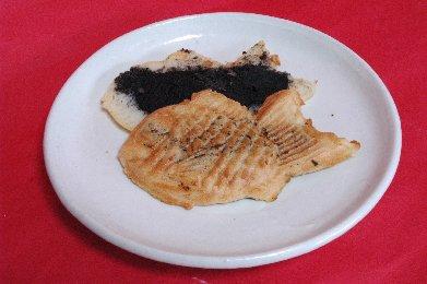 黒胡麻たい焼 on 粉引皿