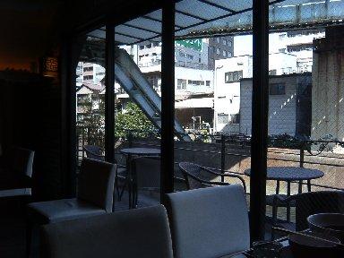 室内から神田川を望む