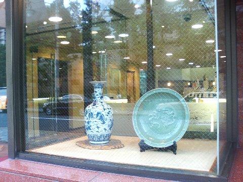 玄関の瓶、大皿