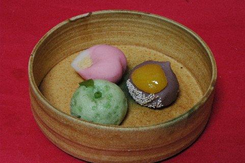 上生菓子 in 黄瀬戸鉢