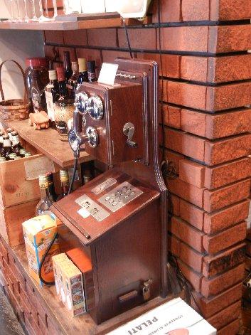 入り口の電話機(飾り)