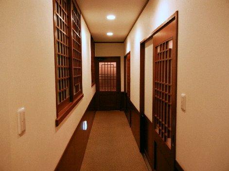 個室への廊下