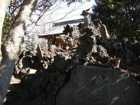神楽殿横の富士講