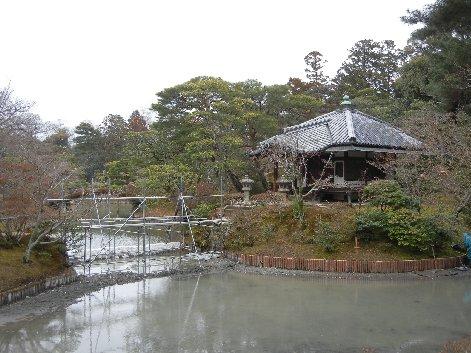 土橋工事中の園林堂