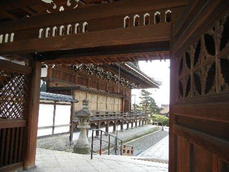 二天門から仏殿方面