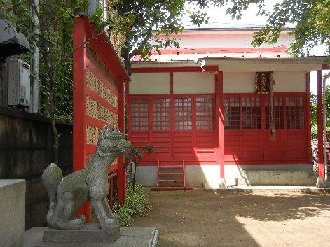 御蔵稲荷本殿と狛犬