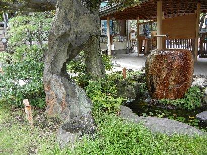 棗型手水鉢と太湖石もどきの立石