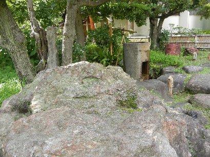 式根島石と橋杭型水鉢