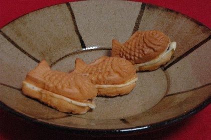 ちっちゃい鯛焼 on 鉄絵皿