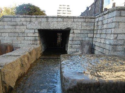移築復元された神田川上水・石樋
