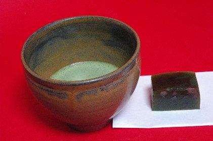 唐津黒釉・天目形で抹茶を