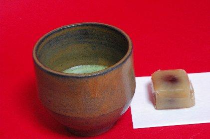 唐津黒釉・半筒で抹茶を
