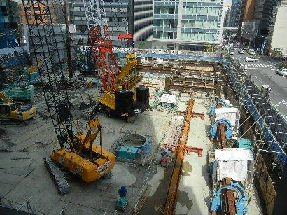 建設中の隣のビル